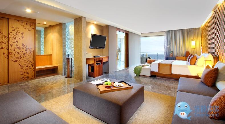 海景套房坐享海景,配有落地玻璃窗和阳台户外浴池,便于欣赏岛上的日落